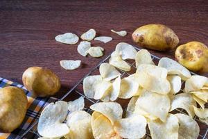 quelques chips de pommes de terre frites fraîches photo