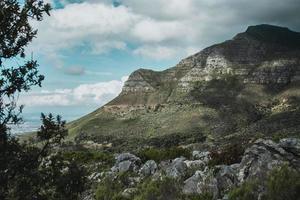 paysage de montagne avec un ciel nuageux