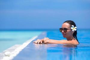 femme, profiter, a, piscine, près, a, plage