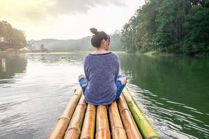 femmes voyageant en bateau photo