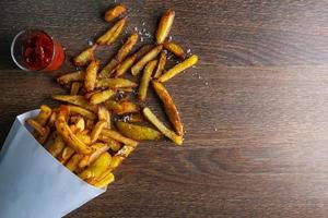 frites dans un sac en papier photo