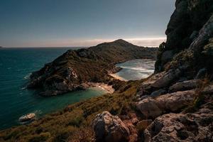 paysage marin avec des collines