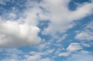 nuages blancs sur le ciel bleu photo