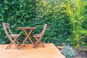 chaises et tables en bois vides