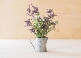 Statice et fleurs de caspia sur fond de bois photo