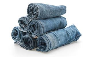 des piles de jeans roulés