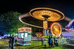 parc d'attractions le soir photo