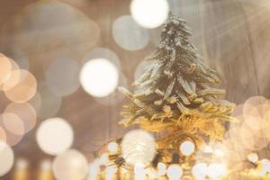lumières de noël et arbre de noël sur fond de bois photo