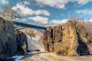 pont sur la rivière près de la cascade