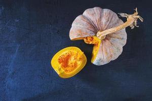 citrouille de légumes sur une table en bois photo