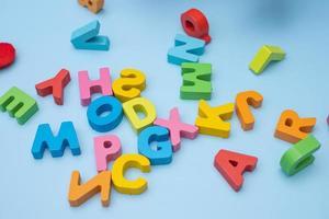ensemble de lettres en bois colorées sur fond bleu photo