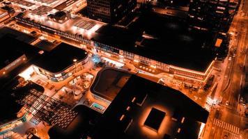 photographie aérienne du bâtiment pendant la nuit