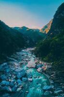 montagnes vertes et rivière pendant la journée