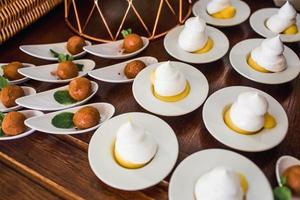 desserts sur assiettes en céramique