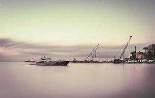 bateau sur l'eau pendant la journée photo
