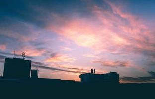 silhouette de bâtiment au coucher du soleil