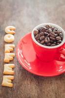 biscuits alphabet café avec une tasse de café rouge