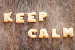 Gardez votre calme biscuits alphabet sur une table en bois