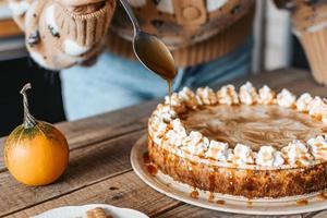 décorer un dessert de Thanksgiving de gâteau au fromage à la citrouille photo