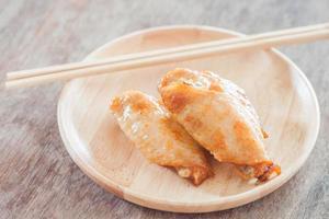 assiette avec des ailes de poulet dessus photo