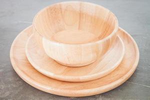 bol et assiettes en bois photo