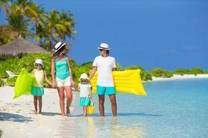 famille bénéficiant d & # 39; une journée à la plage