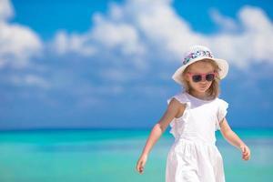 fille au bord de l'océan photo
