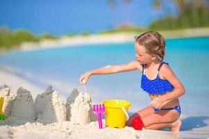 fille construisant un château de sable photo