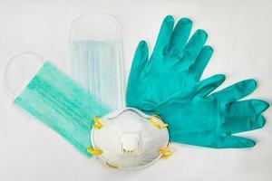 équipement de protection médicale sur fond blanc