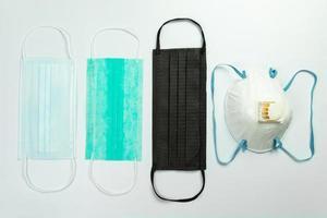 masques de protection médicale sur fond blanc photo