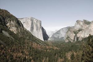 Arbres verts près des montagnes dans la vallée de Yosemite, Californie photo