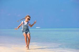 fille jouant dans l & # 39; eau à la plage photo