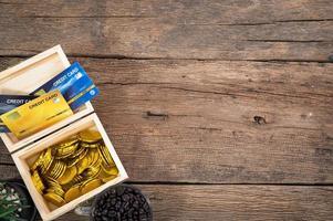 bureau en bois avec pièces de monnaie et cartes de crédit