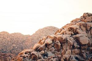 sommets des montagnes à l'heure d'or