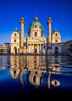 reflet d'une église