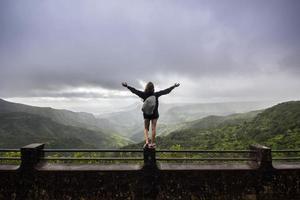 femme debout sur des balustrades en béton