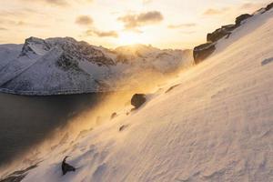 lever de soleil doré sur les montagnes enneigées