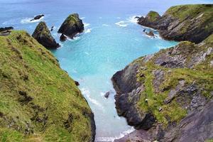 plage crique entourée de parois rocheuses photo