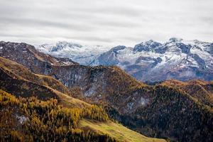 montagnes vertes et brunes sous les nuages blancs