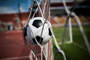 ballon de football s'envole dans le filet de but photo