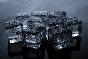 glaçons avec des gouttes d'eau photo