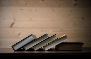 pile de livres sur table en bois