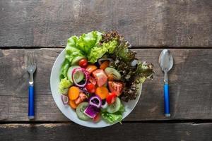 salade de légumes frais sur fond de bois photo