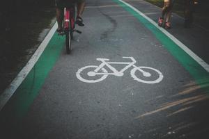 indiquer le symbole sur la route pour les vélos photo