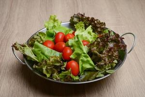 salade fraîche aux légumes et légumes verts photo