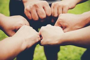 plusieurs personnes se donnent la main