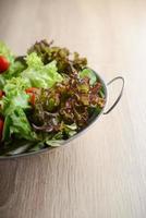 salade fraîche aux légumes et légumes verts