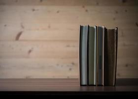 pile de livres sur table en bois.