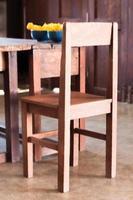chaise en bois à une table photo