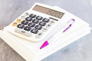 calculatrice et stylo sur un bloc-notes photo